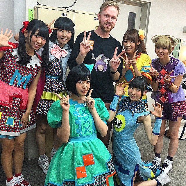 photo chilling with Dempagumi.inc